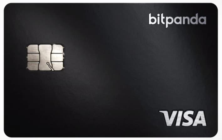 Carta di debito nera VISA con scritta bitpanda grigia in alto a destra con sfondo bianco dietro